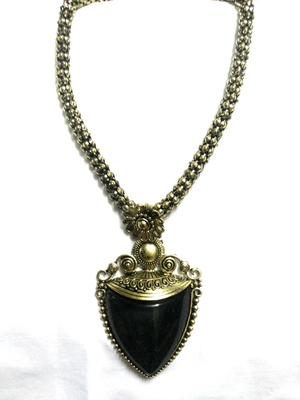 Trendy black stone necklace with golden thick chain