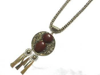 Maroon round pendaant with golden chain