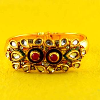gold platted moti polki kundun bracelet with astretchable