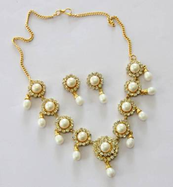 AD WHITE STONE N REAL PEARLS NECKLACE SET