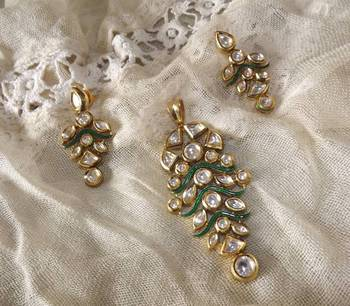 Gold Grapes Pendant Set in Kundan