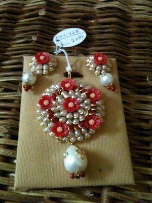pacchi flower pendent set