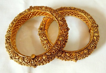 ELEGANT ETHNIC GOLDEN BANGLE