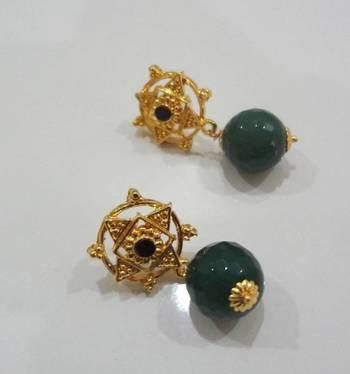 gold green studs-black stone