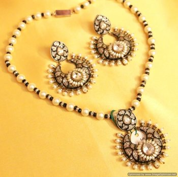 Victorial Look Pearl & Black Pendant Set