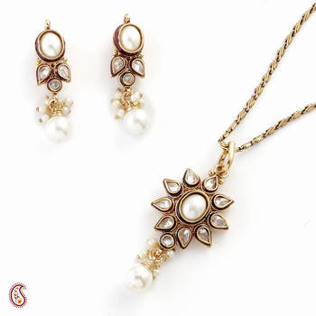 Feminine Pendant Set with floral pattern