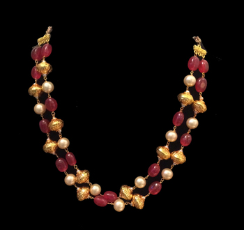 Red stones and pearl gheru necklace