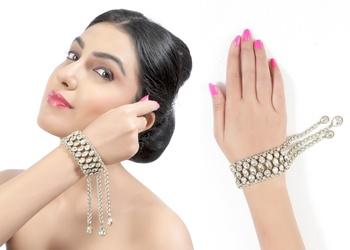Fancy Adornable Design For Festive With Gold Finishing Bracelet