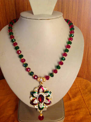 Elegant red and green colour crystal necklace