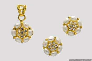 BEAUTIFUL OVAL STONES STUDDED FLOWER LOCKET SET WITH EARRINGS (AD PEARL) - PCL1034