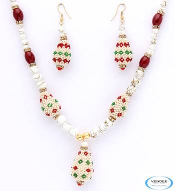 Attractive fashion necklace set