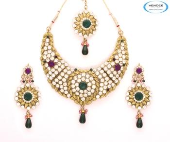 Eye-catchy diamonds necklace set