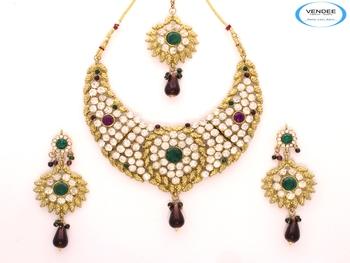 Decorative diamond necklace set