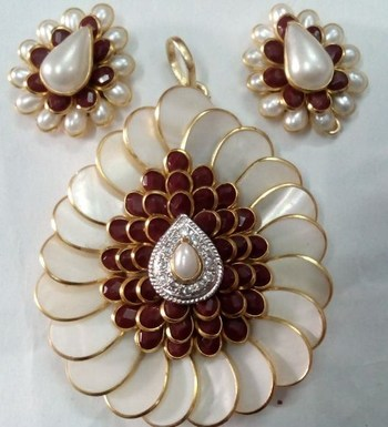 white Marron with Ad pachi pendent with earrigns