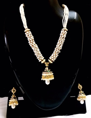 Necklace in pearl clusters and meenakari