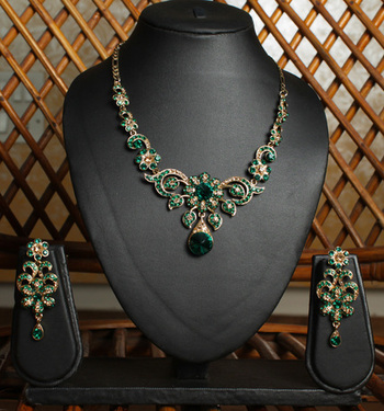 Emerald Green Gold Teardrop Necklace Set