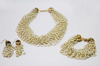White imitation pearl necklace set with bracelet & earrings