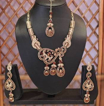 Goldenish Brown Three Pendant Necklace Set