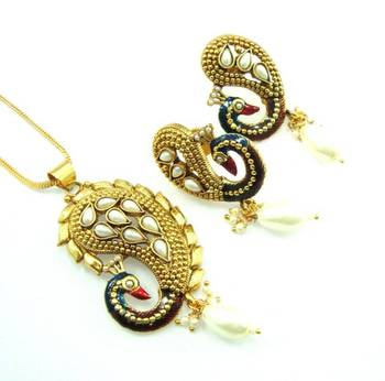 Peacock style pearl gold tone bollywood style pendant earring set k68