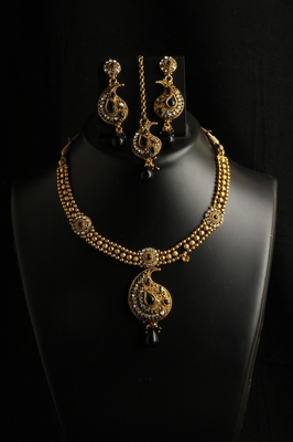 Carry pattern polki chic style necklace set with earrings and maang tikka