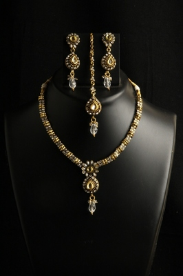 Ethnic gold plated copper alloy necklace set with maang tikka