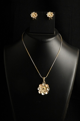 Light weight Small floral pendant set with golden chain