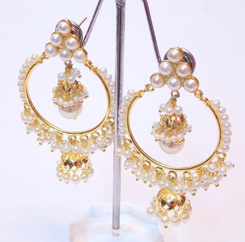 BEAUTIFUL LIGHT WEIGHTPEARL GOLDEN EARRING