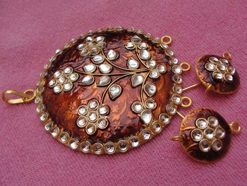 Brown enamel pendent with earrings