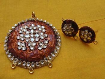 Brown enamel pendent with earrings