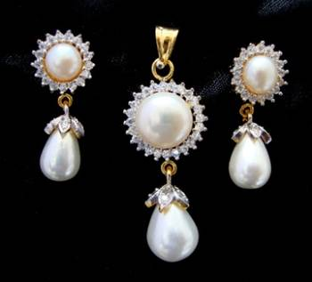 AD STONE STUDDED LOCKET SET WITH WHITE PEARLS DROP