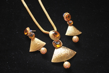 Perfect for any western outfit, Golden Pendant set with chain
