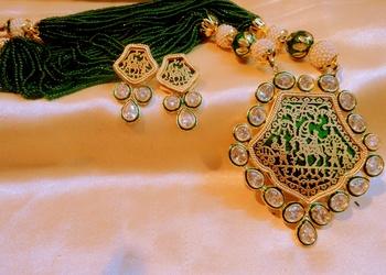 trendy thewa and kundan necklace set