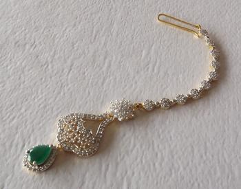 Bridal Maang Tikka in Diamonds in Emerald Green