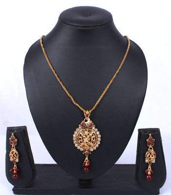 Gold Maroon Beads Teardrop Pendant Set