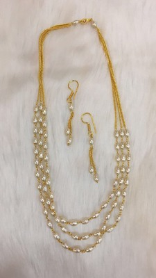 Classy glittering pearls necklace with matching earrings