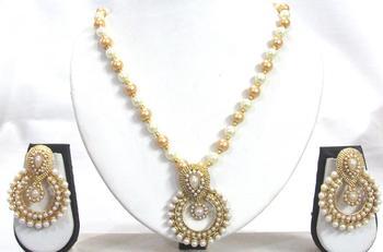 White pearl pendant necklace set