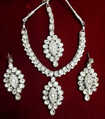 SILVER CRYSTAL NECKLACE EARRING TIKA SET