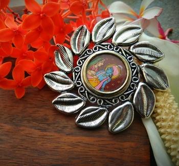 Radha Krishna Theme Leaf Shaped Photoframe Finger Ring