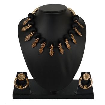 Black collar-necklace