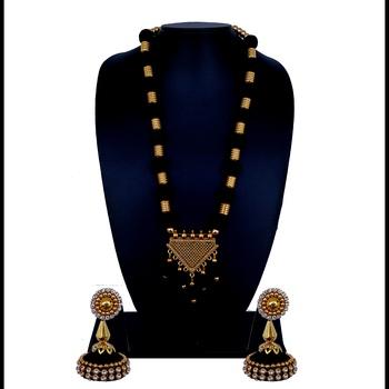 Black statement-jewellery