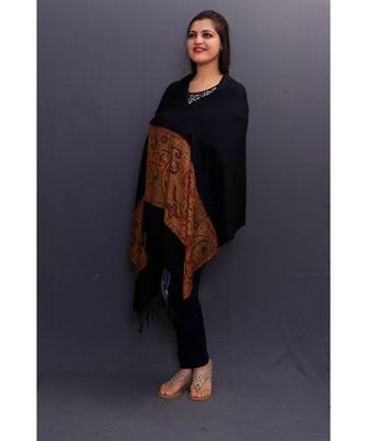Delicate Wrap Along With Black Base And Highly Defined Broad Border Gains Whole Attention.