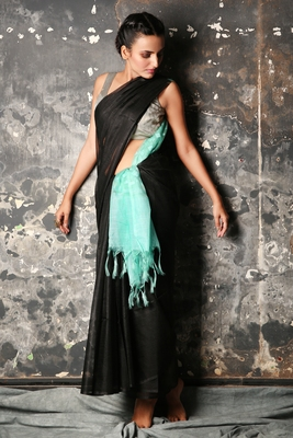 BLACK BLENDED MUSLIN SAREE WITH SKY BLUE PALLU