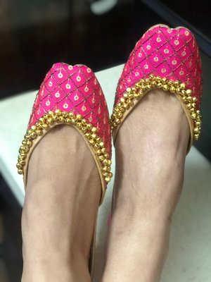 Pink woven leather juttis