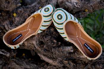 Multicolor woven leather juttis