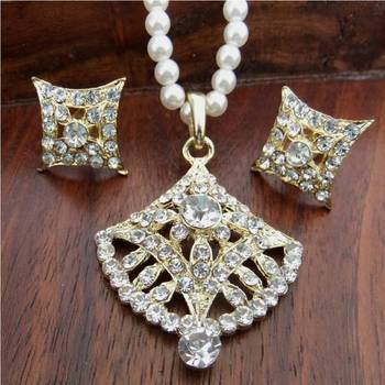 Stone studded pendant set