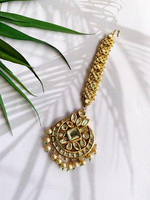 Harshini Gold Tone Kundan Mang Tikka With Pearls