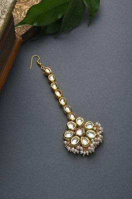 Radia Gold Tone Kundan Mang Tikka With Pearls