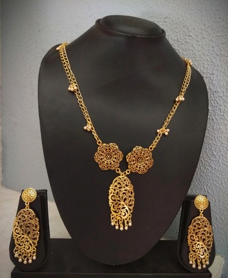 Golden tone Floral pendant and matching earring