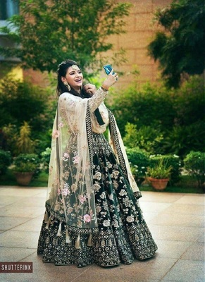 GREEN COLORED EMBROIDERED ATTRACTIVE PARTY WEAR DESIGNER VELVET LEHENGA CHOLI