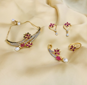 Gold jewellery necklace set